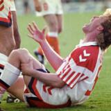 Henrik Andersen skriger efter at have set sit omfanget af sin knæskade ved semifinale-kampen mellem Danmark og Holland ved fodbold-EM i 1992. Knæskaden er starten på et langt forløb med skade på skade, indtil han endegyldigt bliver tvunget til at stoppe sin fodboldkarriere seks år senere.