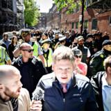 Rasmus Paludan fra Stram Kurs bliver beskyttet af politiet. Her ses han tæt ved Blågårds Plads på Nørrebro i København i maj - omkring en måned efter, at han blev angrebet i forbindelse med en demonstration i området. Foto: Philip Davali/Ritzau Scanpix