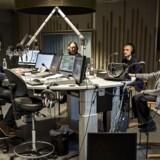 »Vi har svært ved at se behovet for to eller tre 'taleradioer' ved siden af hinanden,« siger Enhedslistens kultur- og medieordfører Søren Søndergaard om regeringens medieaftale som de ønsker genforhandlet. Arkivbillede af Radio24syv-vært Michael Jeppesen og forfatteren Lise Nørgaard på Radio24syv, der muoligvis fortsætter på den nye DAB-kanal(Foto: Torkil Adsersen/Ritzau Scanpix)