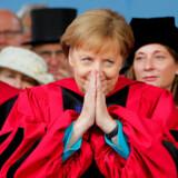 Mens kansler Angela Merkel blev modtaget med store klapsalver på Harvard, udviklede ledelseskrisen i Tyskland sig yderligere. Både formanden for SPD, Andrea Nahles, og CDUs nye formand, Annegret Kramp-Karrenbauer, kæmper med at bevare opbakningen i deres partier. Pludselig spekuleres der i, at en helt tredje kan blive kansler. Foto: Brian Snyder/Reuters/Ritzau Scanpix
