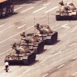 For 30 år siden drømte mange om et demokratisk opbrud i Kina, som denne demonstrant, der blev verdensberømt for at blokere vejen for kampvogne ved demonstrationerne på den Himmelske Freds Plads. Foto: Ritzau/Scanpix/AP