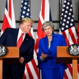 De journalister – de spørger da også om det værste? Donald Trump måtte undervejs have assistance fra Theresa May til forståelsen af et spørgsmål om det offentlige sundhedsvæsen, NHS. Og så vadede han ellers lige ind i bedet ...