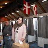 Aaja Chemnitz Larsen, folketingskandidat for Inuit Ataqatigiit, afgiver sin stemme til Folketingsvalget, i Godthåbshallen i Nuuk. Hun er klar med krav om en artisk minister, hvis partiet ender med en afgørende stemme i de kommende regeringsforhandlinger.