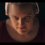 Oprøret mere end ulmer hos de lydige kvinder i »The Handmaid's Tale«. June (Elisabeth Moss) får nye fjender og allierede i det dystopiske Gilead.