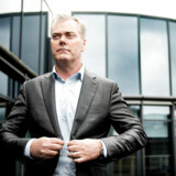 Bo Nilsson og hans kollegaer er ikke særligt talenfulde, mener Rasmus Hougaard Nielsen, når de står til at tjene syv mia. kr. på aktieoptioner i Nets. Det skyldes, at »de administrerer et stykke offentlig infrastruktur, som staten tvinger den helt almindelige dansker til at benytte, hvilket har givet Nets monopolstatus«.