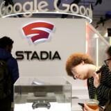 Googles spiltjeneste Stadia åbner til november i bl.a. Danmark, i første omgang udelukkende som månedlig abonnementstjeneste, men fra 2020 også med mulighed for blot at kunne købe spil styk for styk – dog ikke i lige så høj billedkvalitet. Her ses forrest Googles egenudviklede controller, som man dog ikke behøver for at kunne spille.