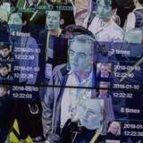 Kunstig intelligens er software, der skal kunne »tænke« selv efter at være blevet fodret med massevis af oplysninger, og f.eks. kunne genkende ansigter ud fra billeder. Her demonstreres teknologien på en stor udstilling, hvor den identificerer de enkelte personer på billedet og tæller op, hvor mange gange de er blevet set. Arkivfoto: David McNew, AFP/Ritzau Scanpix