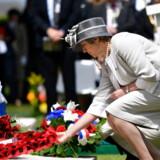 Theresa May har ikke ført kampange i Peterborough, fordi hun blev betragtet som for belastet et navn til at hjælpe partiet – i stedet har hun passet sit job. Her er hun torsdag ved en kransenedlæggelse for faldne britiske soldater ved D-dag.