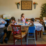 I køkkenet og stuen i familien Joseph Spurgeon og hans kone Rowinas rækkehus trænes og oplæres parrets fem børn – Jasmine (6), Arriana (5), Charles (3), Calvin (1) og snart også Randall Robert Roque – hver dag i bibelen.