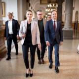 Mette Frederiksen på vej til Landstingssalen på Christiansborg fredag morgen for at indlede forhandlingerne om en ny regering. Hun flankeres af gruppeformand Sass Larsen og politisk ordfører Nicolai Wammen.