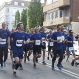 Der er fint vejr i vente for de fleste af dem, der har tilmeldt sig Royal Run mandag den 10. Her ses kronprins Frederik med løbere ved Royal Run i København sidste år. Liselotte Sabroe/Ritzau Scanpix