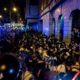 Demonstrationen mod et nyt lovforslag startede tidligt søndag og endte natten til mandag med voldelige sammenstød mellem demonstranterne og politiet i Hongkong. Det var den største demonstration i 15 år.