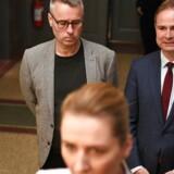 »Jeg har gjort alt hvad jeg kunne for at kæmpe mig tilbage efter min depression ved årsskiftet, men det er desværre ikke lykkes for mig,« skriver Henrik Sass Larsen på Facebook. Her ses han bag sin formand, Mette Frederiksen, og med sin måske kommede afløser som finansminister ved sin side, Nicolai Wammen.