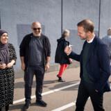 Radikale Venstre fik markant flere stemmer i de udsatte boligområder ved det netop overståede folketingsvalg. Her ses leder Morten Østergaard med et par vælgere med minoritetsbaggrund, da han stemte til folketingsvalget i Sundby Idrætspark på Amager.
