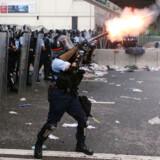 Protesterne finder sted omkring Lung Wo Road, som er en hovedfærdselsåre tæt på regeringshovedkvarteret i Hongkong.