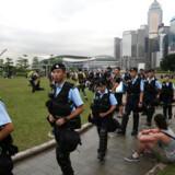 Polititet patruljerer i Hongkong efter en dag fyldt med voldelige protester.