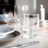 Barnebarn Isabel Bramer dækker bord med den nye version af Grethe Meyers STUB glas.