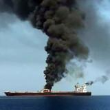 På dette billede ses tankskibet Front Altair fra det norske selskab Frontline. Billedet er taget af iransk stats-tv. Nyheden om angreb på skibe i Omanbugten har sendt olieprisen et nøk op torsdag. Ho/Ritzau Scanpix