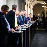 Under den netop afsluttede valgkamp var der for første gang i et kvart århundrede 13 partier på stemmesedlen. Rasmus Paludan og Klaus Riskær Pedersen benyttede et smuthul i loven, som gjorde det lettere at få underskrifter nok. Det hul, de benyttede, står stadig åbent. Og det vil det gøre helt frem til årsskiftet.