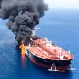 Et tankskib er brudt i brand på kysten mellem Oman og Iran og yderligere et skib er blevet ramt. USA beskylder Iran for at stå bag.