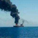 Tankskibet »Front Altair«, der er ejet af norske Frontline, blev torsdag morgen ramt af tre eksplosioner og stod siden i flammer. Det andet skib, »Kokuka Courageous«, ejet af selskabet Bernhard Schulte, fik skader på skroget.