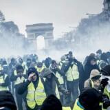 »De gule veste« har demonstreret i månedsvis mod ulighed og økonomiske reformer, her er vi i Paris 8. december sidste år. Den slags protestbevægelser er i disse år med til at skabe en stemning af, at der er noget grundlæggende galt med demokratiet og kapitalismen. En ny bog gør op med den kritik.