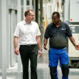 Direktør Martin Søgaard fra dør- og vinduesfabrikken IdealCombi i Hurup i Thy, er frustreret over, at en af hans medarbejdere, Abdirahman Geelle Jama fra Somalia, skal hjemsendes efter 12 måneders oplæring og sproghjælp, selv om han gør det godt med at lære sproget og er vellidt af alle.