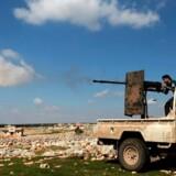Soldater fra Den Frie Syriske Hær (FSA) i ildkamp ved en front i krigen i Syrien, marts 2018. FSA er en forkortelse for Free Syrian Army, der har været den største af de syriske oprørsgrupper og samtidig den gruppe, de vestlige lande foretrak som mulig erstatning til det syriske regime. Danske Michael Chau opholdt sig efter eget udsagn halvanden måned hos en gruppe tilknyttet FSA i 2013.