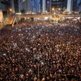 Lørdag meddelte Hongkongs leder, Carrie Lam, i en TV-transmitteret tale, at den udskældte udleveringslov ville blive udsat på ubestemt tid, men altså ikke droppet. Dette blev afgørende for demonstranterne, der dagen efter mødte mere talstærkt op i Hongkongs gader end nogensinde. Over to millioner deltog i demonstrationerne, skriver flere medier.