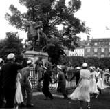 Studenter fra Schnekloth' Skole danser omkring statuen på Kgs. Nytorv i 1949.