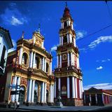 Salta by har storslåede koloniale bygningsværker, hvoraf San Francisco-kirken blot er en enkelt af mange. I gaderne der udgår fra 9. juli-pladsen findes også skønne gamle borgerhuse med gitterjern og balkoner.