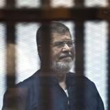 Muhammed Mursi, her fotograferet under en retssag i 2015, tilbragte sine sidste seks år bag tremmer og under forhold, der ifølge vestlige eksperter var lig med tortur.