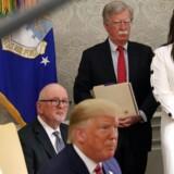 Den nationale sikkerhedsrådgiver, John Bolton, sammen med pressetalskvinde Sarah Sanders under et møde mellem præsident Donald Trump og hans polske kollega, Andrzej Duda. Det Hvide Hus, 12. juni 2019.