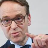 Chefen for den tyske Bundesbank er en af topkandidaterne til posten som chef for ECB. Lidt indrømmelser i forhold til tidligere hårde holdninger kan måske banen vejen til toppen.
