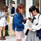 Unge tilbringer ofte megen tid med hovedet bøjet over smartphones. Så meget, at de nu er begyndt at udvikle »horn« bagerst i kraniet, mener australske forskere. Det er dog langtfra alle eksperter, der er enige. Billedet her er fra Tokyo.