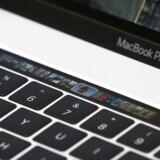 En række MacBook Pro-PCer med 15-tommerskærm fra 2015-2017 tilbagekaldes nu for at få skiftet batteri og forhindre brand. Arkivfoto: Tony Avelar, EPA/Ritzau Scanpix