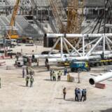 »VM betyder massivt byggeri af stadions og hoteller. Og den internationale fagbevægelse (ITUC) vurderer allerede at ca. 1.200 mennesker har mistet livet siden VM-byggeriet gik i gang, og at dødstallet kan nå op på 4.000 før åbningen.«