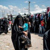 En dansk dreng, som hidtil har befundet sig i den syriske flygtningelejr al-Hol, er blevet udleveret til danske myndigheder. Det bekræfter Udenrigsministeriet i en e-mail til Politiken. På billedet er hverken drengen eller hans mor – billedet viser syrere på flugt i Syriens østlige Deir Ezzor-provins.