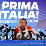 Italiens vicepremierminister og indenrigsminister, Matteo Salvini, kysser et krucifiks under en tale forud for valget til Europa-Parlamentet.