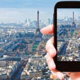 Brugen af mobiltelefonen og – især – internetforbindelsen på udlandsrejser er skudt i vejret, siden EU for to år siden forbød teleselskaberne at tage de særlige udlandspriser. Men der er stadig en række fælder at tage højde før, når man tager på sommerferie. Arkivfoto: Valery Vvoennyy, Iris/Ritzau Scanpix