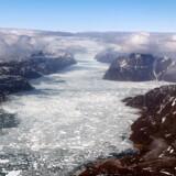 Den globale opvarmning sker hurtigere i Arktis end noget andet sted på kloden. Havisen og indlandsisen trækker sig tilbage, og det bidrager til globale havstigninger. Det åbner op for nye muligheder i Arktis som adgang til naturressourcer som olie, gas og mineraler.