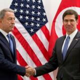 USA's fungerende forsvarsminister, Mark Esper (th), udveksler håndtryk med sin tyrkiske modpart, Hulusi Akar, ved Nato's forsvarsministermøde i Bruxelles. Mødet finder sted i Nato-hovedkvarteret onsdag og torsdag. - Foto: Virginia Mayo/Ritzau Scanpix