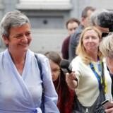 Den kommende regering vil indstille, at EU's konkurrencekommissær Margrethe Vestager (R) får lov til at fortsætte som kommissær de næste fem år. EPA/OLIVIER HOSLET