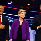 Senatorer Cory Booker, senator Elizabeth Warren og tidligere medlem af Repræsentanternes Hus, Beto O'Rourke, under den første debat mellem demokratiske præsidentkandidater. REUTERS/Carlo Allegri