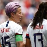 Megan Rapinoe i samtale med USAs forward Alex Morgan efter sit straffesparksmål mod Spanien. 24. juni 2019.