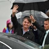 Brasiliens præsident Jair Bolsonaro vinker i Kansai lufthavn på vej til G20-topmødet i Osaka.