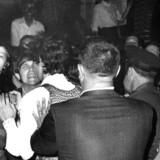 New York, 28. juni 1969: Bargæster i konfrontation med politiet uden for The Stone Wall In i Christopher Street i Greenwich Village.