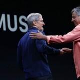 Apple-topchef Tim Cook og den ansvarlige for Apples tjenester, Eddy Cue (til højre), præsenterede i juni 2015 Apple Music, som nu haler ind på svenske Spotify. Arkivfoto: Justin Sullivan, Getty Images/AFP/Ritzau Scanpix