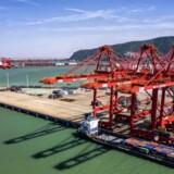 Præsident Trump og Kinas præsident Xi Jinping er blevet enige om at genoptage handelsforhandlingerne, men der er ikke særligt meget nyt i udmeldingen, og den indførte amerikanske straftold vil ikke blive rullet tilbage. Derfor er aktiviteten i havnene på lavere blus.