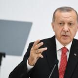En af veteranerne i AK-partiet, den tidligere premierminister Ahmet Davutoglu, har i en direkte konfrontation med Erdogan udtalt, at vi skal ikke altid tro, at vi ved bedst, nedvurdere andre eller tro, at teamwork blot skal omfatte vores indercirkel. Charly Triballeau/Ritzau Scanpix